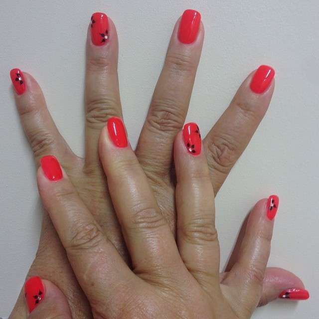 Nail art corallo con strass