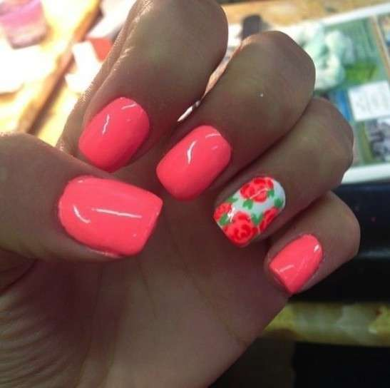 Nail art corallo fluo con rose