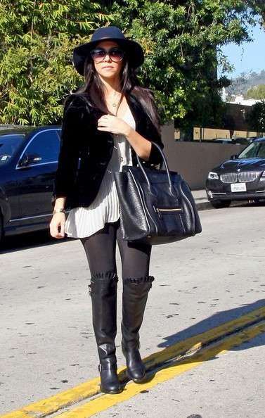 Kourtney Kardashian indossa il brimmed