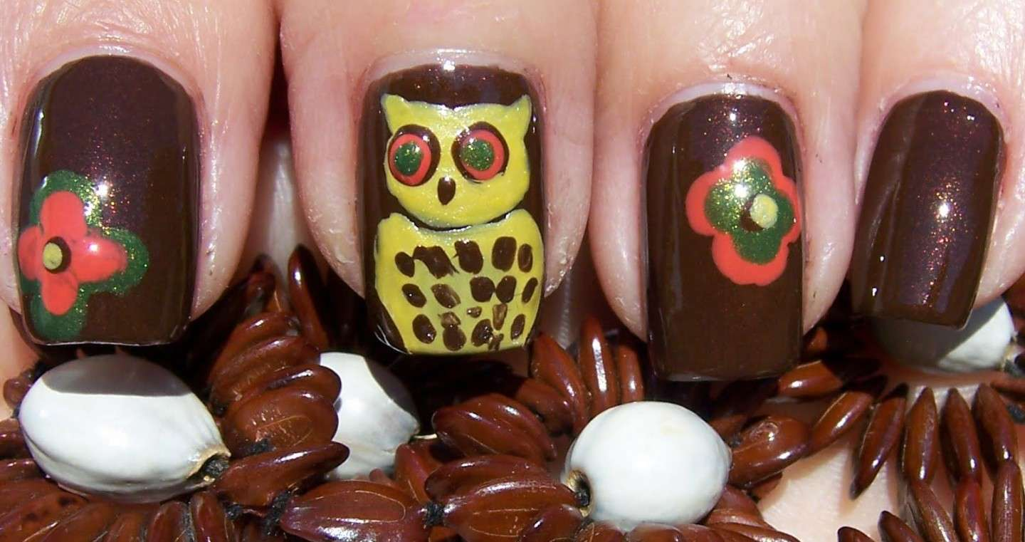 Nail art marrone con gufetto gialo