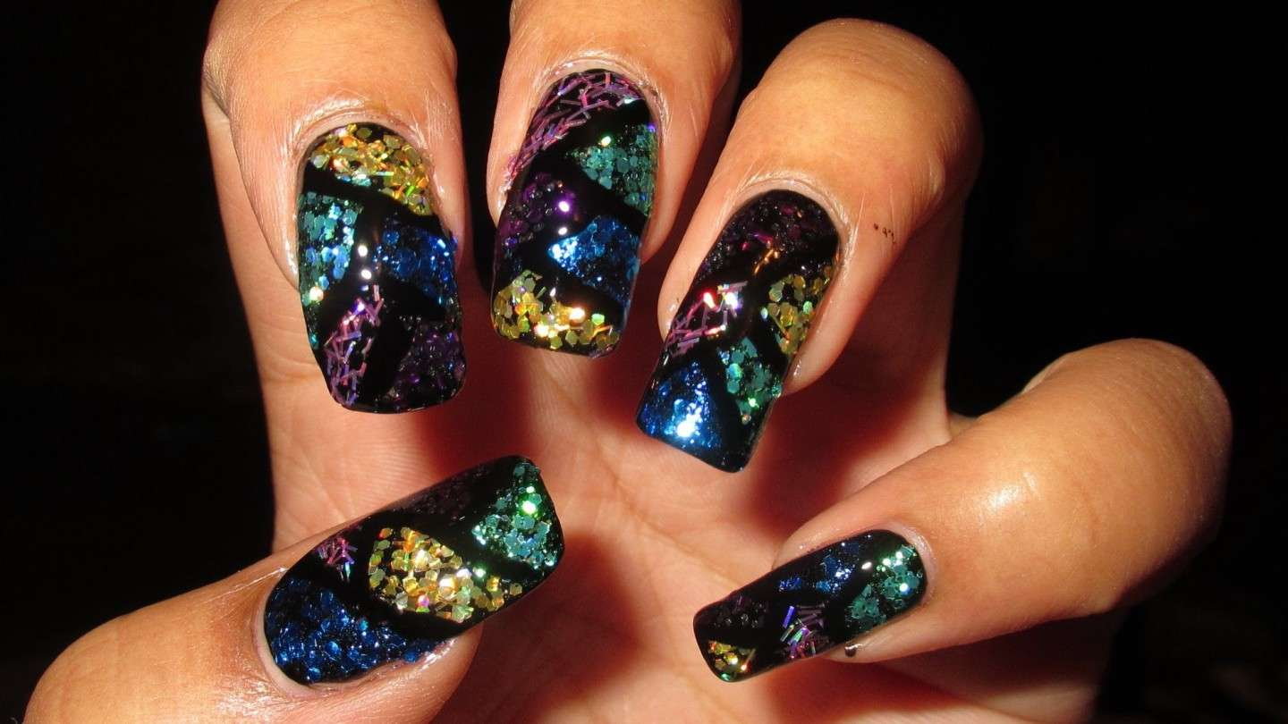 Glass nail art glitterata su smalto nero