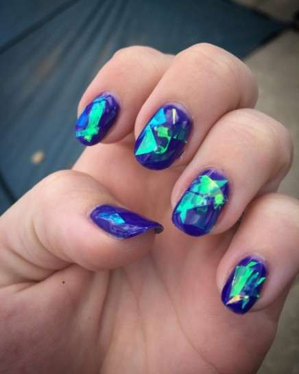 Nail art glass su smalto blu