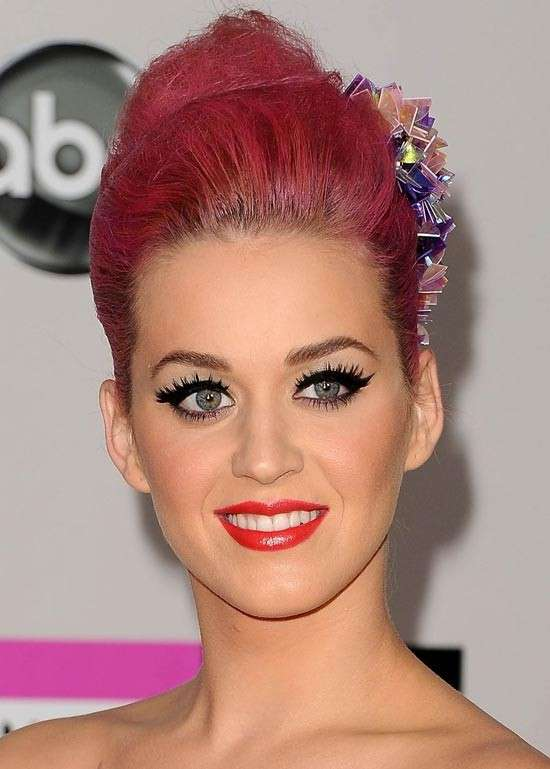 Eyeliner e rossetto rosso per Katy Perry