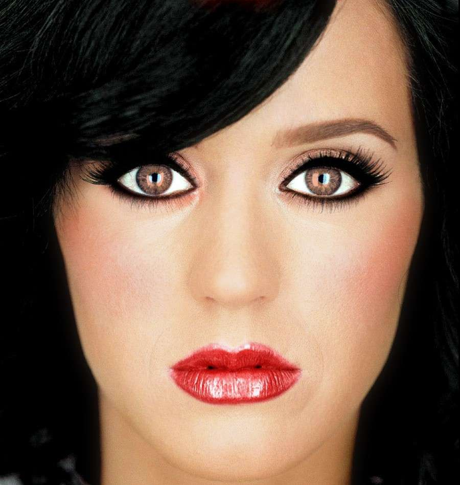 Eyeliner nero e rossetto rosso per Katy Perry