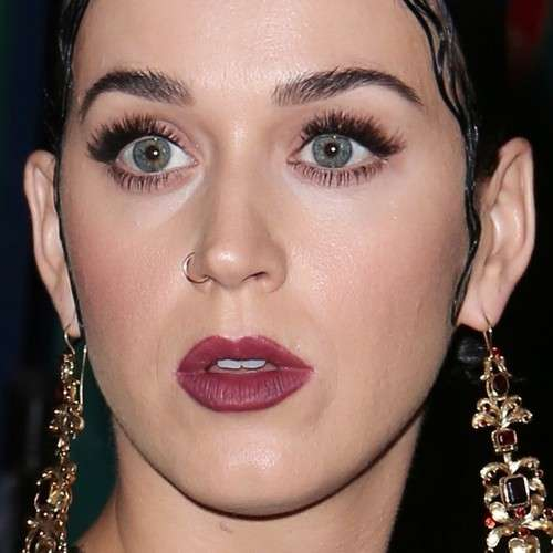Katy Perry con rossetto mat e mascara nero