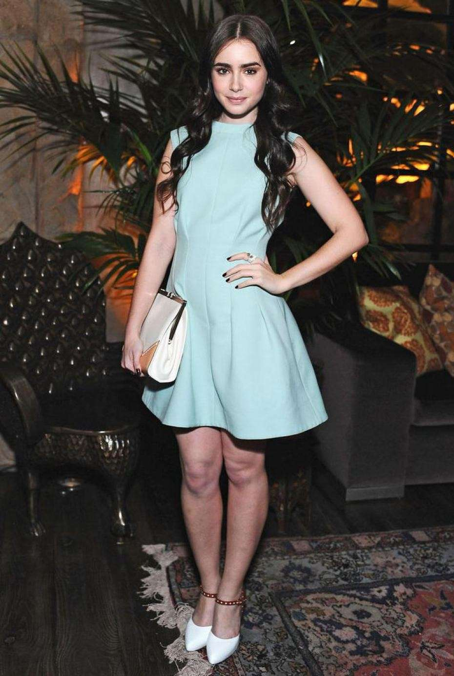Lily Collins con mini abito color Blue Serenity
