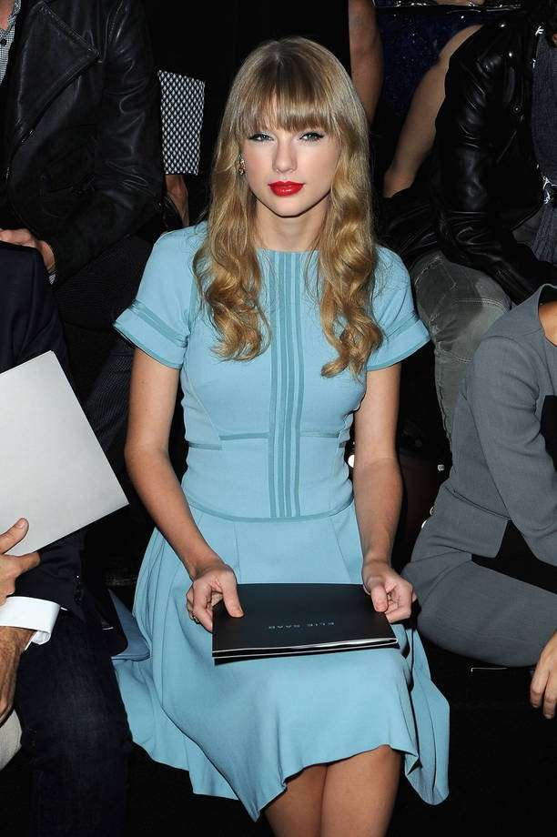 Taylor Swift con un look total Blue Serenity