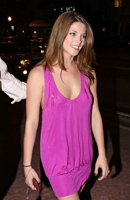 Ashley Greene in abito rosa
