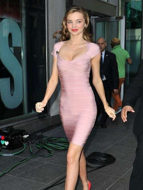 Miranda Kerr con look da Barbie