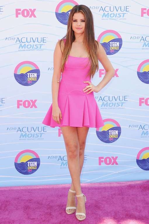 Selena Gomez con minidress rosa Barbie