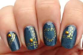 Denim nail art con borchie oro