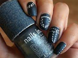 Denim nail art con cuciture