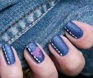 Denim nail art con decorazione a forma di cuore