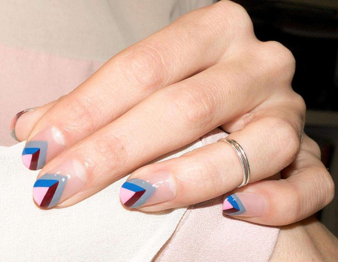 French manicure triangolare di Alicia Torello