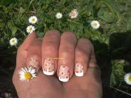 French manicure e decorazione con margherite