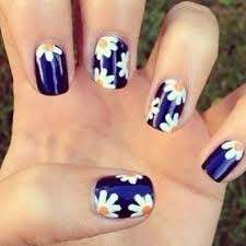Nail art blu con margherite