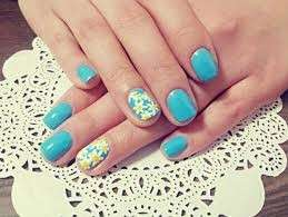Nail art celeste e margherite