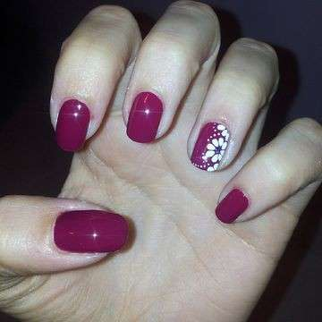 Nail art prugna con margherite