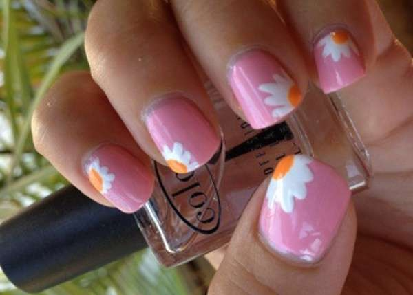 Nail art rosa con margherite bianche