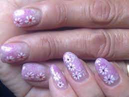 Nail art rosa con margherite