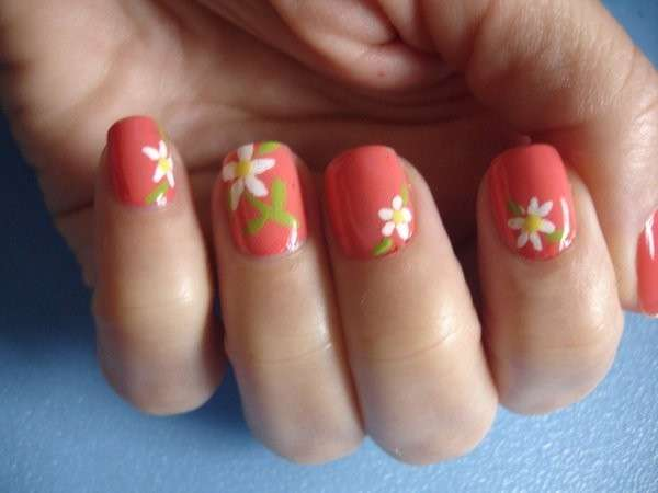 Nail art salmone con margherite