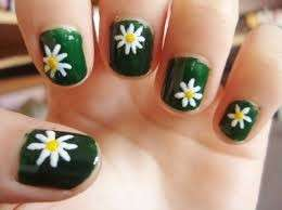 Nail art verde con margherite