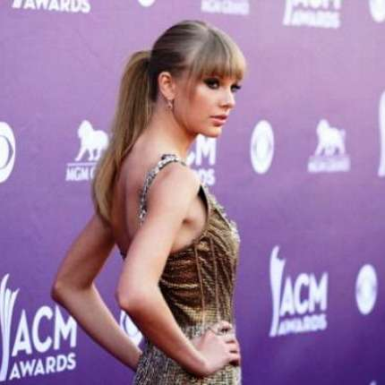 Taylor Swift regina agli AMC Awards 2013! Foto!