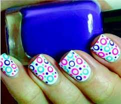 Circle nail art con base bianca