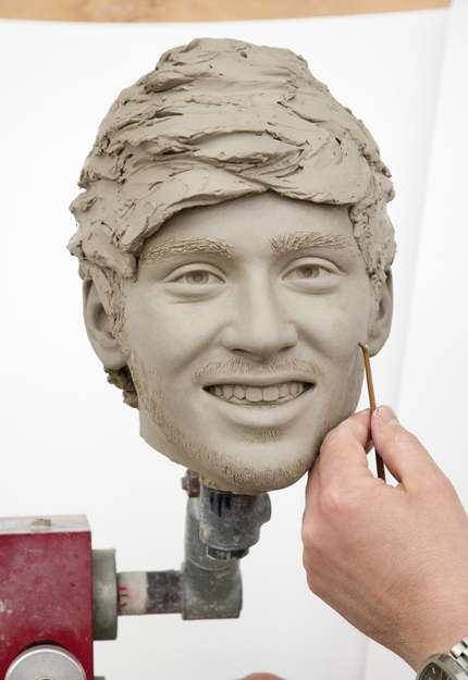 One Direction, scultori all'opera sulle statue di cera!