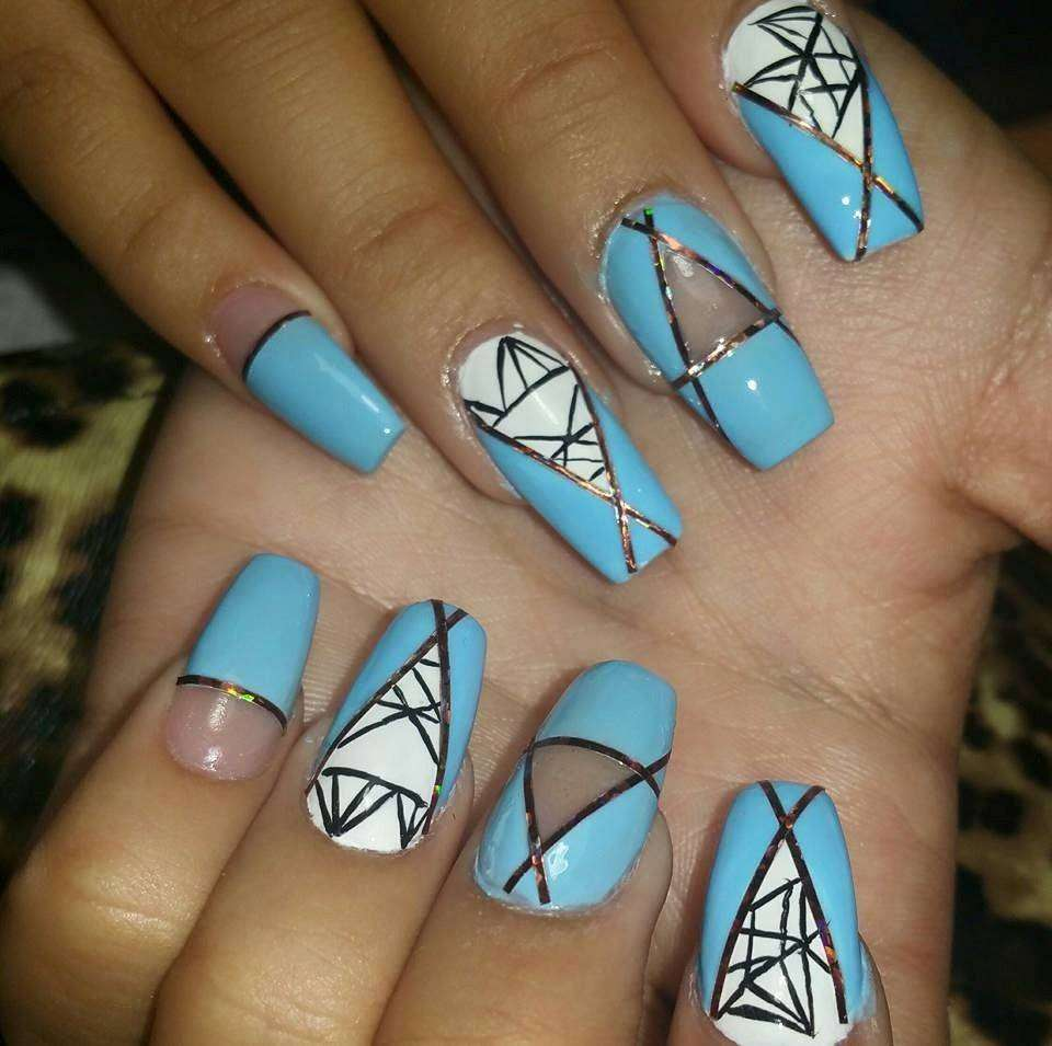 Coffin nail art celeste con decorazioni geometriche