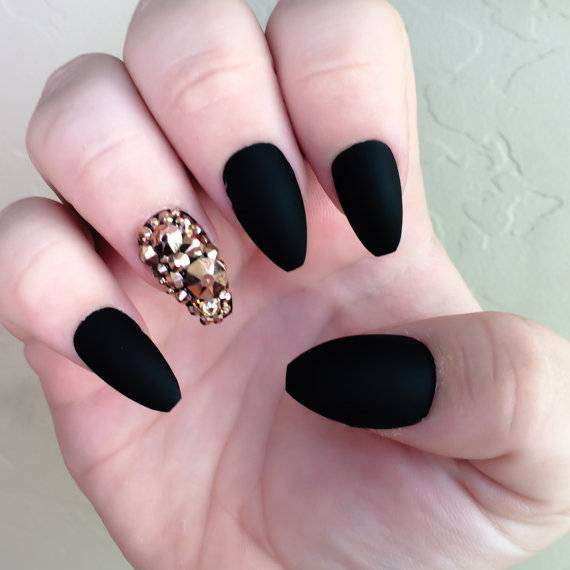 Coffin nail art nera con pietre