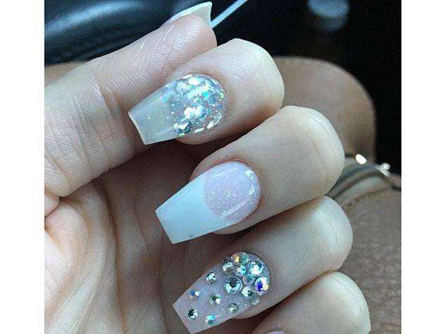 Coffin nail art nude con strass
