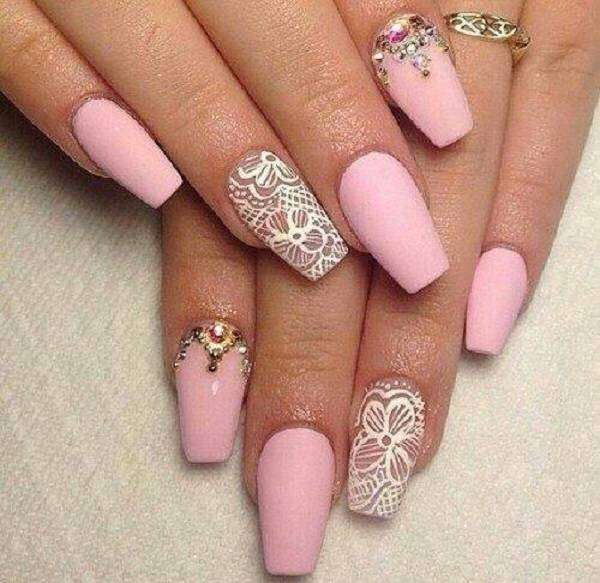 Coffin nail art rosa con decorazioni bianche