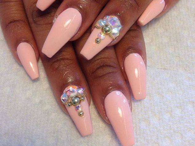 Coffin nail art rosa con strass