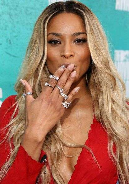 Beyonce con i knuckle ring
