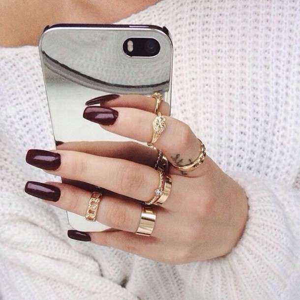 I knuckle ring dorati e la manicure bordeaux