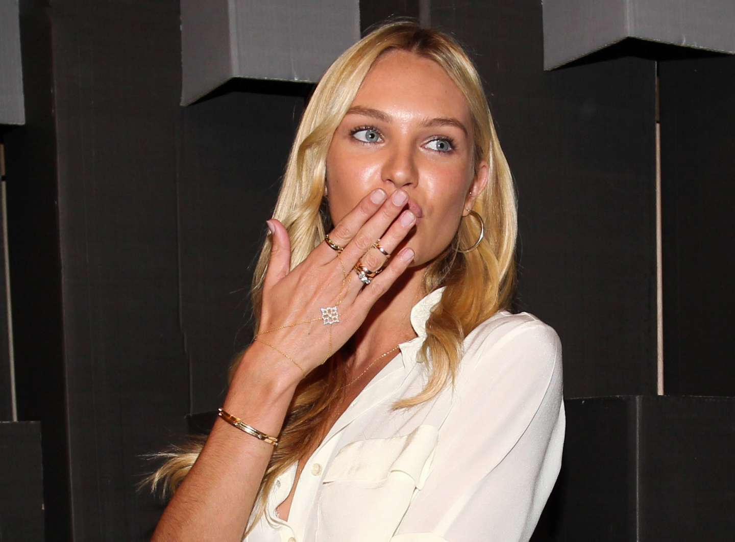 Il knuckle ring di Candice Swanepoel
