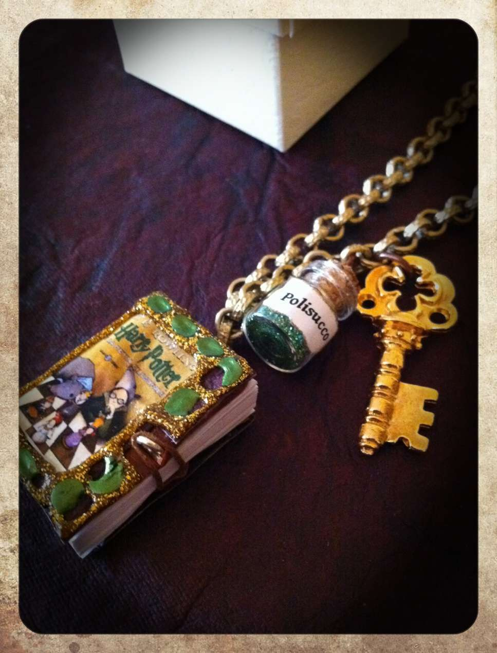Collana con libro di Harry Potter
