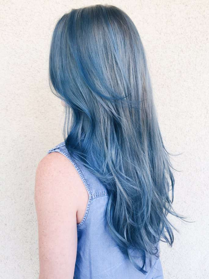 Capelli lunghi color denim