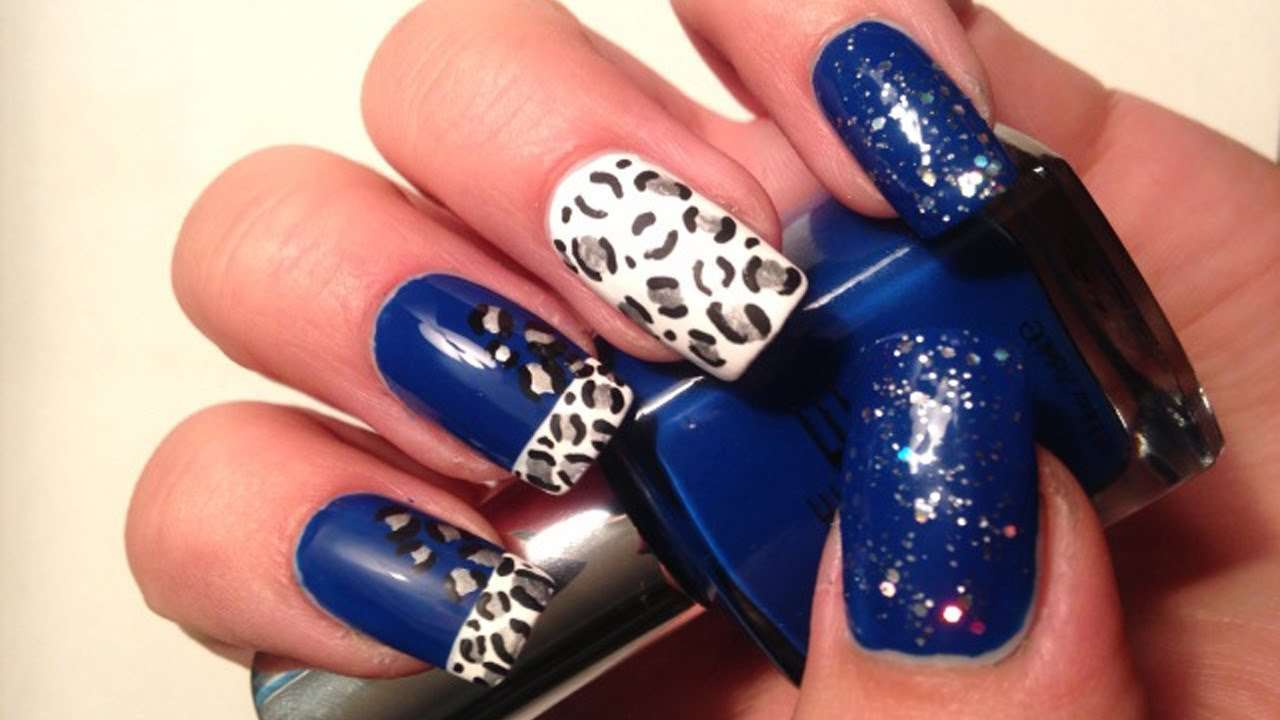 Nail art blu con decorazioni animalier