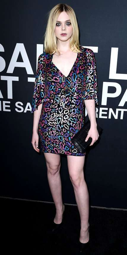 Elle Fanning con mini abito multicolor