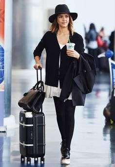 Look total black per Jessica Alba in aeroporto