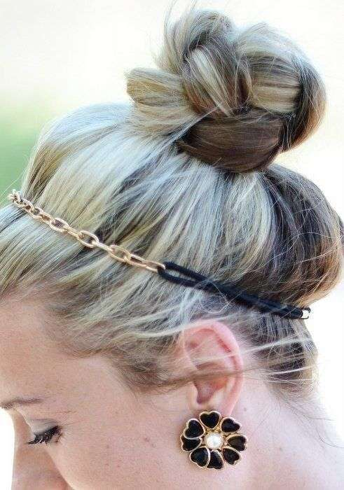 Acconciatura con chignon e cerchietto
