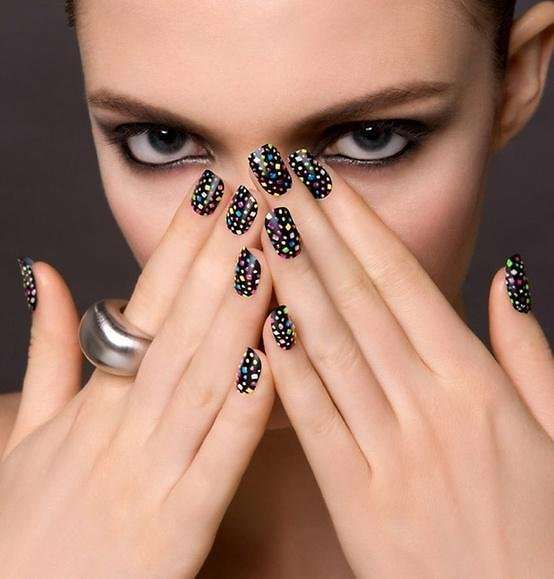 Dot manicure su smalto nero