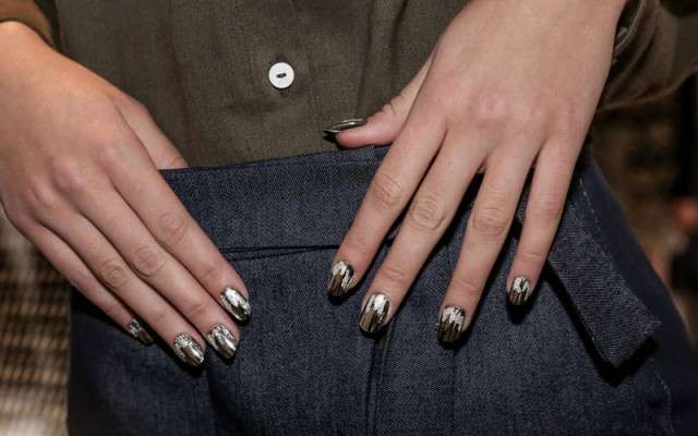 La sugar wave manicure su smalto metallizzato