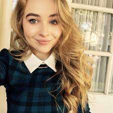 Sabrina Carpenter con look da collegiale