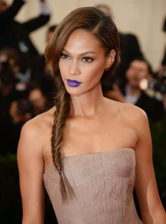 Joan Smalls con il rossetto viola