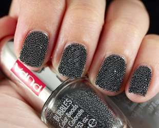 Nail art grigia con microperle