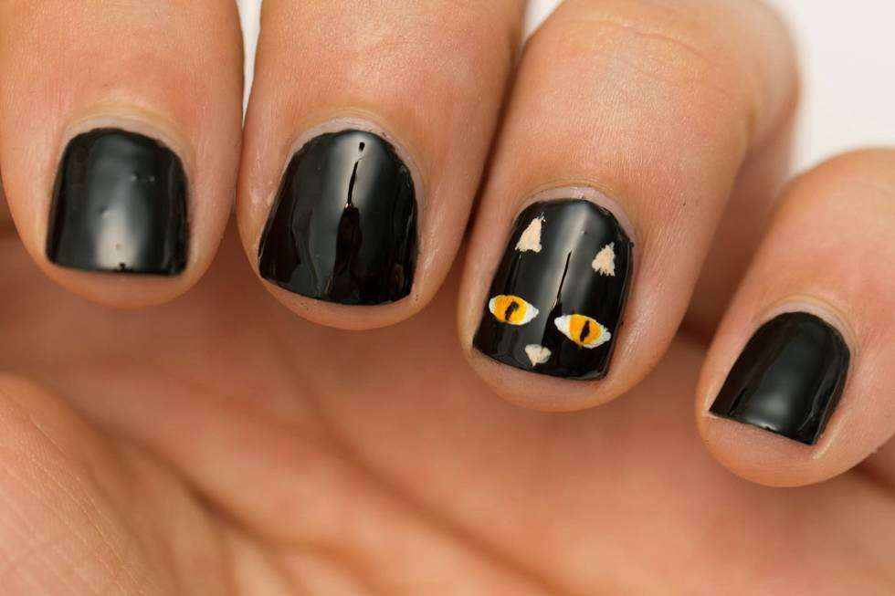 Nail art nere con gattino