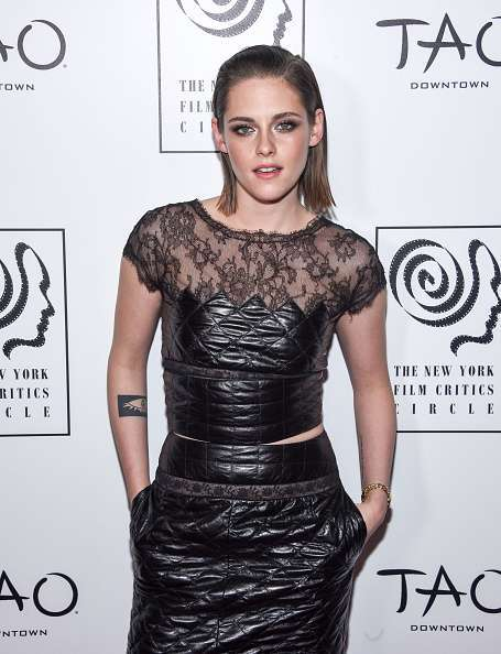 Kristen Stewart con crop top e gonna drappeggiati